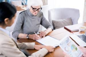 Bejaarde vrouw bij notaris